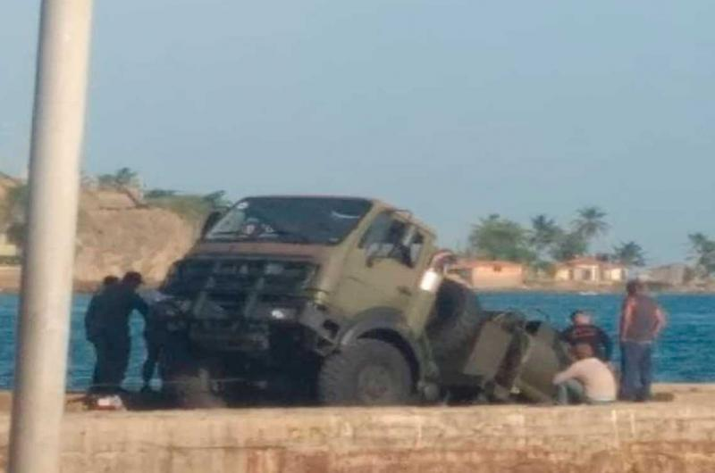 Camión cisterna de la FANB se hundió en el Muelle de Pampatar - La Prensa de Lara